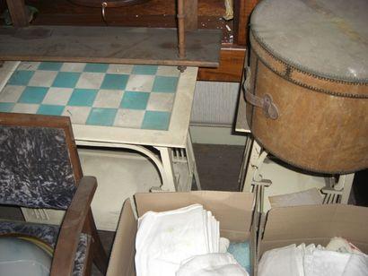 Deux sellettes en bois laqué blanc et plateau...