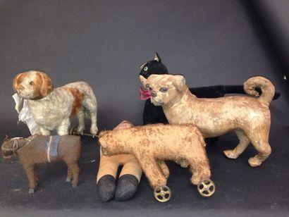 Carton de jouets comprenant animaux en  peau...