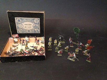 Boîte de soldats divers en plats d'étain...