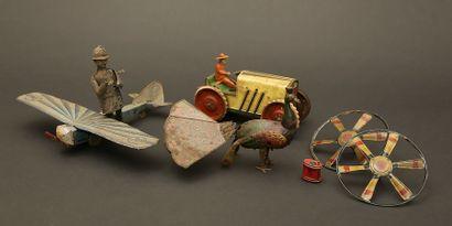 Quatre jouets divers en tôle : tracteur -...
