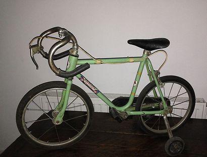 Vélo d'enfant demi-course.