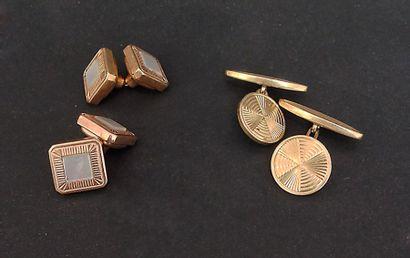 Deux paires de boutons de manchette  en métal...