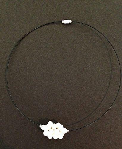 Collier câble orné d'une grappe de perles...