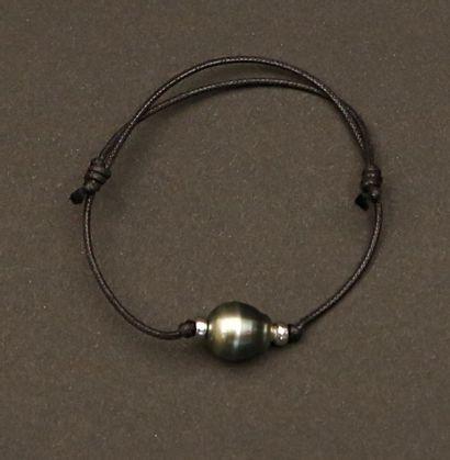 Bracelet sur cordon de coton orné d'une  perle...