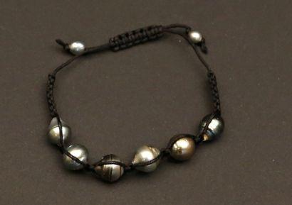Bracelet sur cordon de coton orné de...