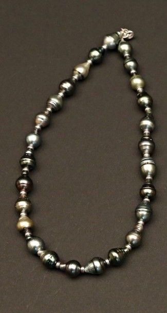 Collier en perles de Tahiti, viroles et fermoir...