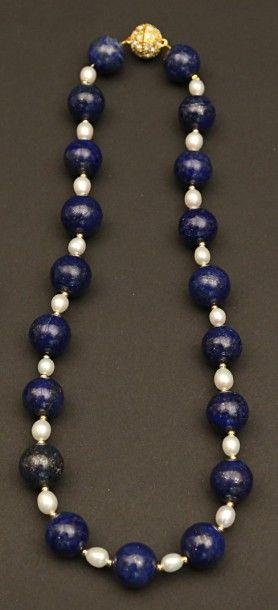 Collier de perles de lapis lazuli intercalées...