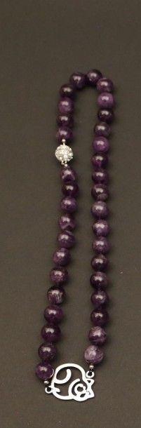 Collier de perles d'améthyste orné d'un  motif...