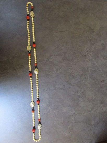 Sautoir «dalmatien» formé d'un rang de  perles...