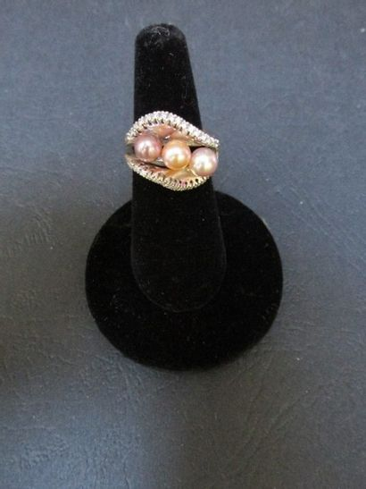 Bague en or gris, ornée d'un trio de  perles...