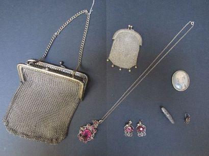Lot en métal argenté, composé d'un sac  et...
