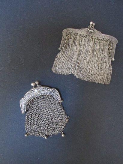Deux bourses à mailles tricotées, les  montures...