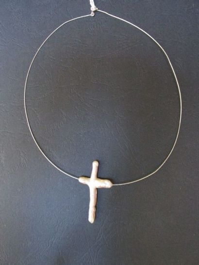 Collier câble en or gris et une croix en...