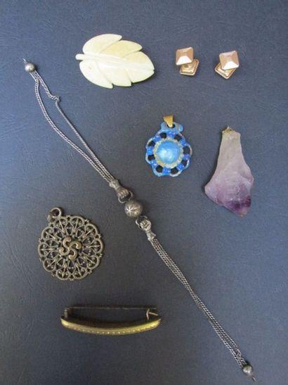Lot de bijoux, dont une broche feuille en...