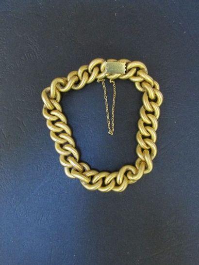 Bracelet en or jaune à maille gourmette  cannelée....