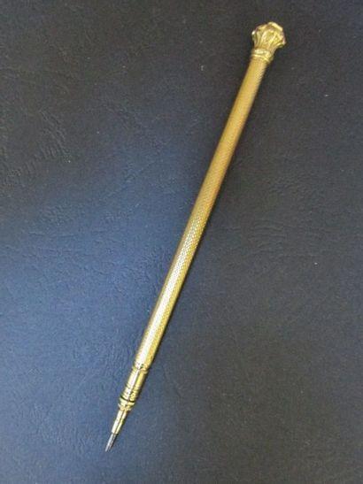 Crayon à mine à monture en or jaune,  guillochée...