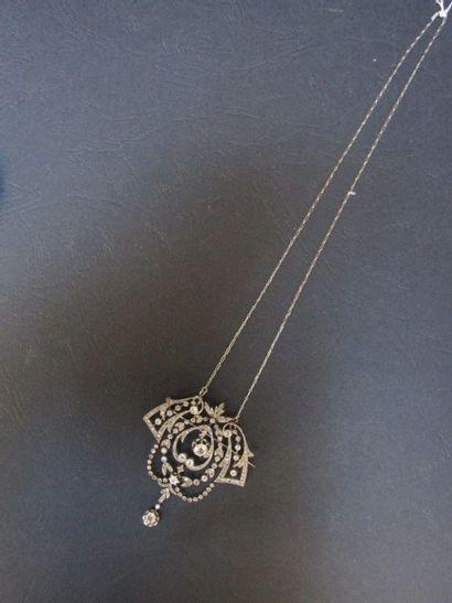 Broche en platine et en or gris, à décor  de guirlande feuillagée, entièrement...