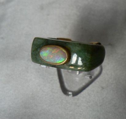 Bague en jade, ornée d'une opale, la monture...