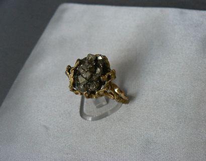 Bague en or jaune, sertie d'un brut de pyrite....