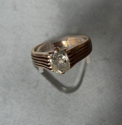 Bague en or rose, ornée d'un diamant solitaire,...