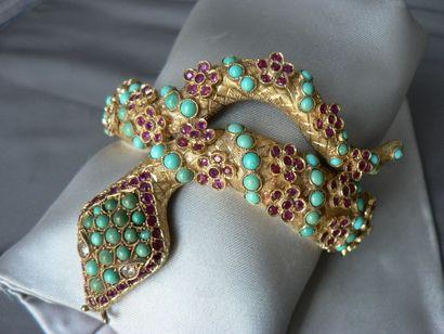 2 Bracelet serpent, ouvrant, en or jaune, le corps à semis de fleurettes rehaussées...