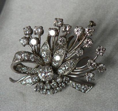 Broche en platine et en or gris, figurant un bouquet, ceinturé d'un ruban, entièrement...