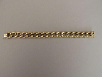 Bracelet en or jaune à maille gourmette....