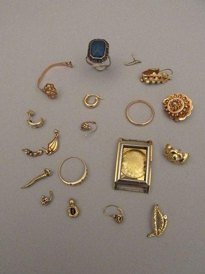 Lot de bijoux en or, en bris, certains rehaussés...