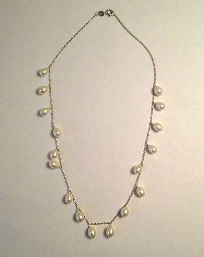 Collier collerette en argent orné de 17 perles...