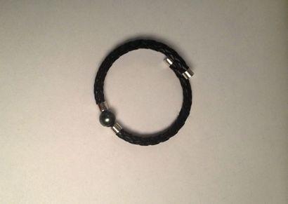 Bracelet en cuir tressé orné en son centre...
