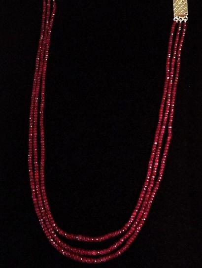 Collier trois rangs de perles de rubis  facettées...
