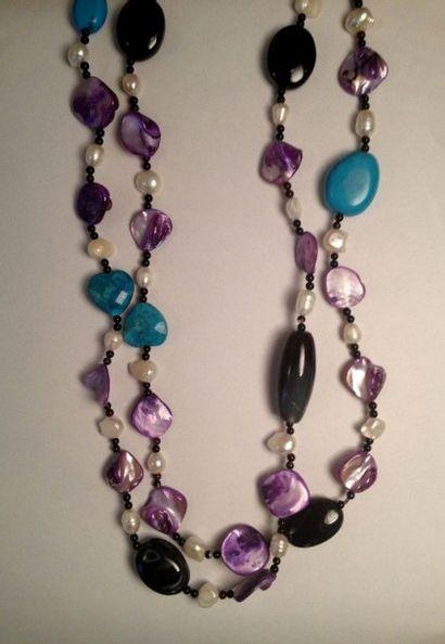 Sautoir composé de perles d'onyx, agate,...