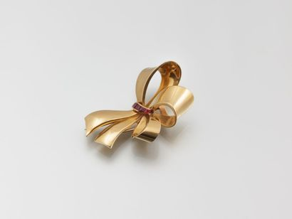Broche en or jaune figurant un noeud à trois...
