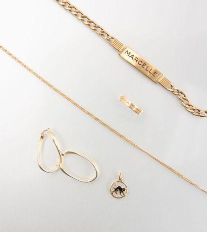 Lot de bijoux en or composé d'une chaîne,...