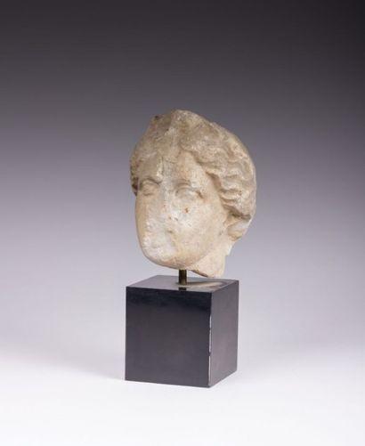 Tête de femme en pierre surmontée d'une  coiffe,...