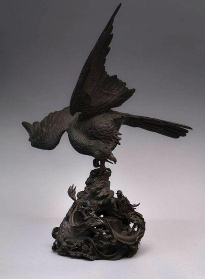 KIYOTOSHI Yoshiido (XIXème siècle)  Oiseau combattant un dragon  Bronze à patine...