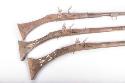 Fusil Moukhala, crosse ornée  d'incrustations...