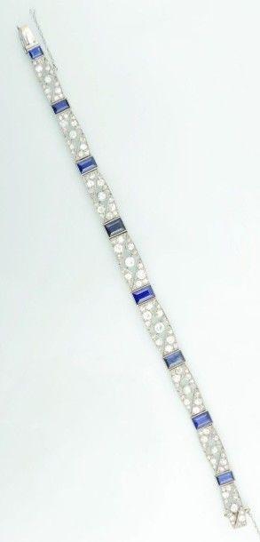 Bracelet en platine et en or, à maillons  tonneau ajouré, serti de diamants taillés...