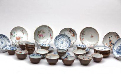 CHINE  Parties de services à saké en porcelaine...