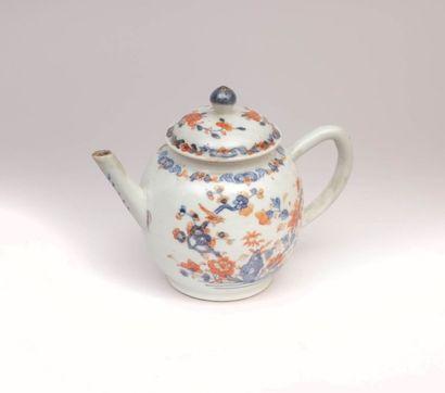 CHINE  Théière en porcelaine blanche à décor...