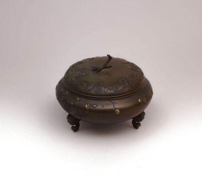 Boite en bronze de forme ronde à panse aplatie...