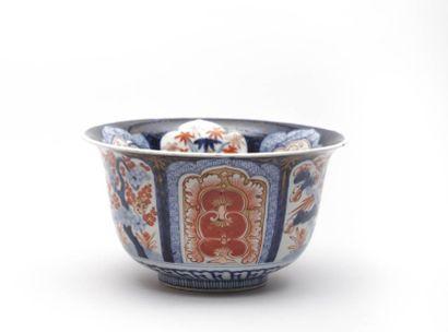 JAPON  Coupe en porcelaine blanche à décor...