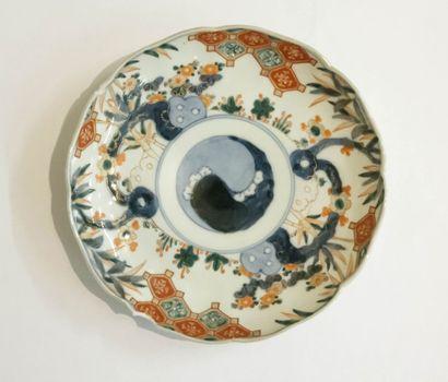 JAPON  Assiette en porcelaine polychrome...