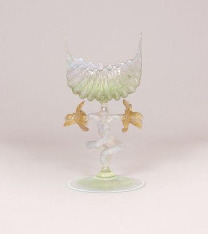 Coupe en forme de coquille en verre opalescent...