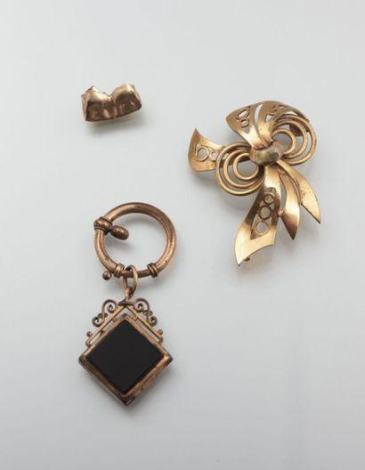 Lot, composé d'une broche en métal doré,...