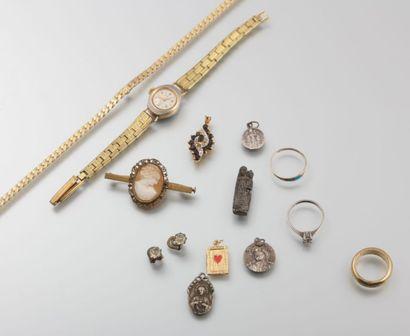 Lot de bijoux fantaisie comprenant, une montre,...