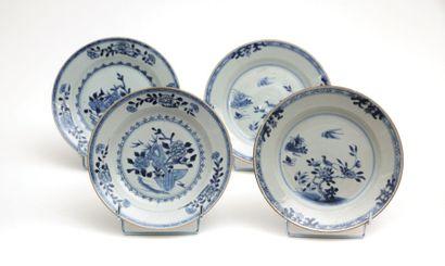 CHINE  Deux paires d'assiettes en porcelaine...