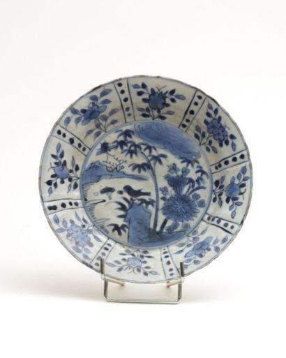 CHINE  Assiette en porcelaine blanche à décor...