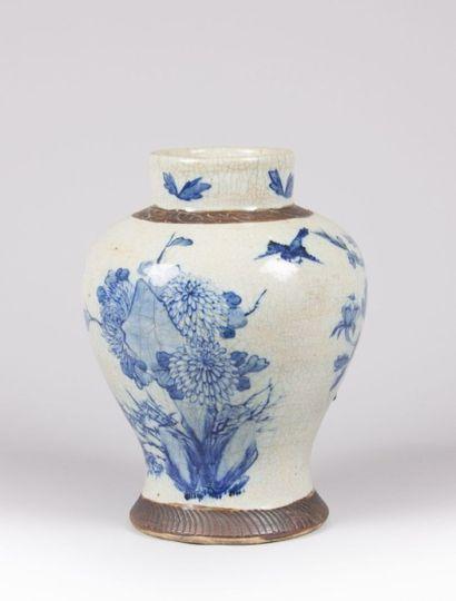 CHINE  Vase balustre en grès à émail craquelé...