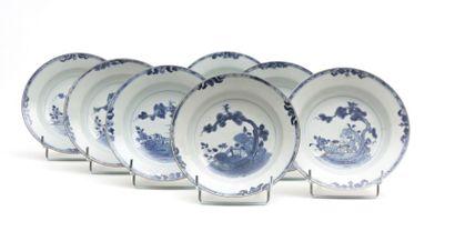 CHINE  Sept assiettes à soupe en porcelaine...